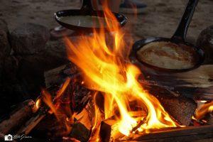 Camping Vorrelveen pannekoeken bakken op kampvuur